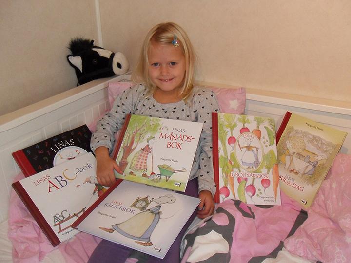 Sötaste tjejen Lina tillsammans med alla böckerna som dom fick tag i till slut!