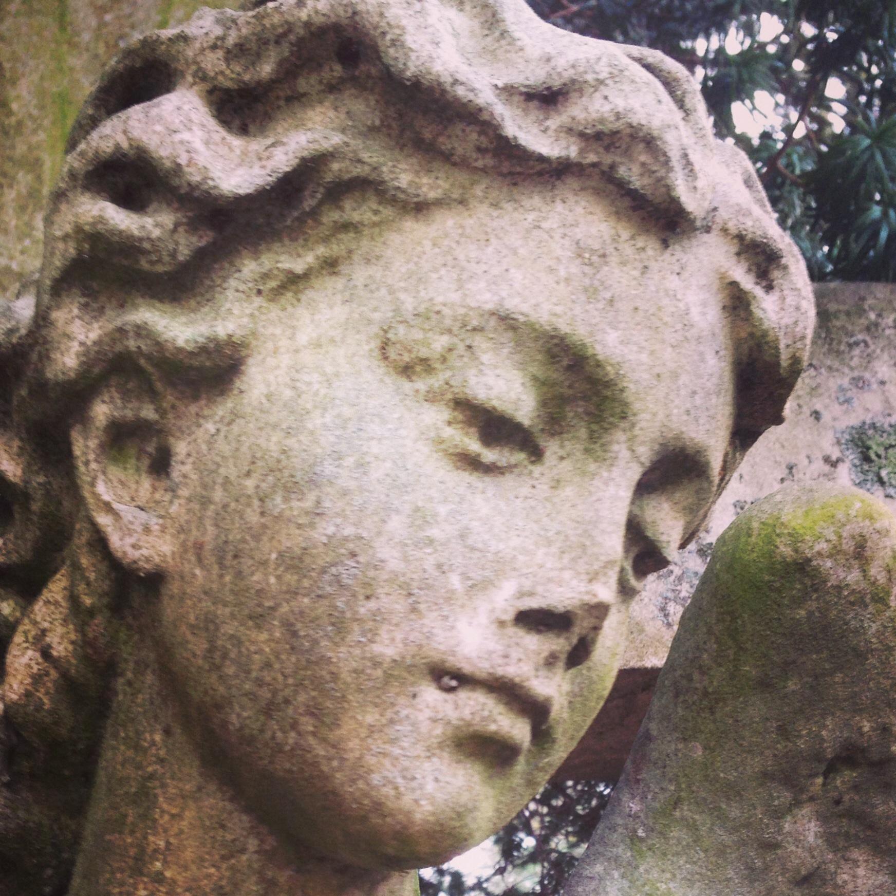 Miljöer som inspirerar mig kan också vara en vacker ängel, med vacker mossa och murgröna växande över sig, på en gammal kyrkogård