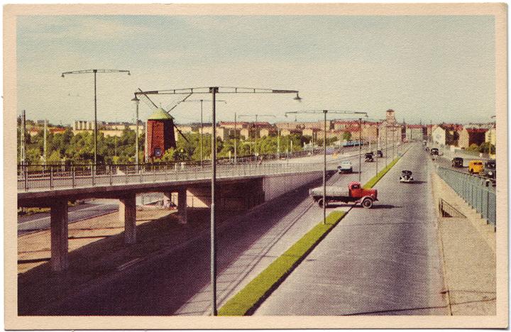 Fredagstrafiken: Problem vid Skanstullsbron. Röd Lastbil spärrar två körfält. Problemet snart löst rapporterar Räddningstjänsten