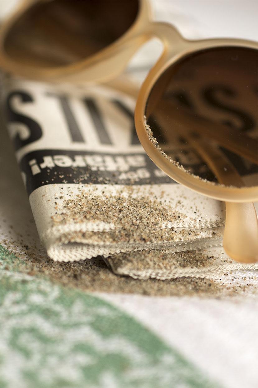 Förut läste man Kalle Anka. På Stranden.  Nu blir det en Tidning.  Istället.    Men det är Fortfarande lika mycket Sand kvar på Stranden !......