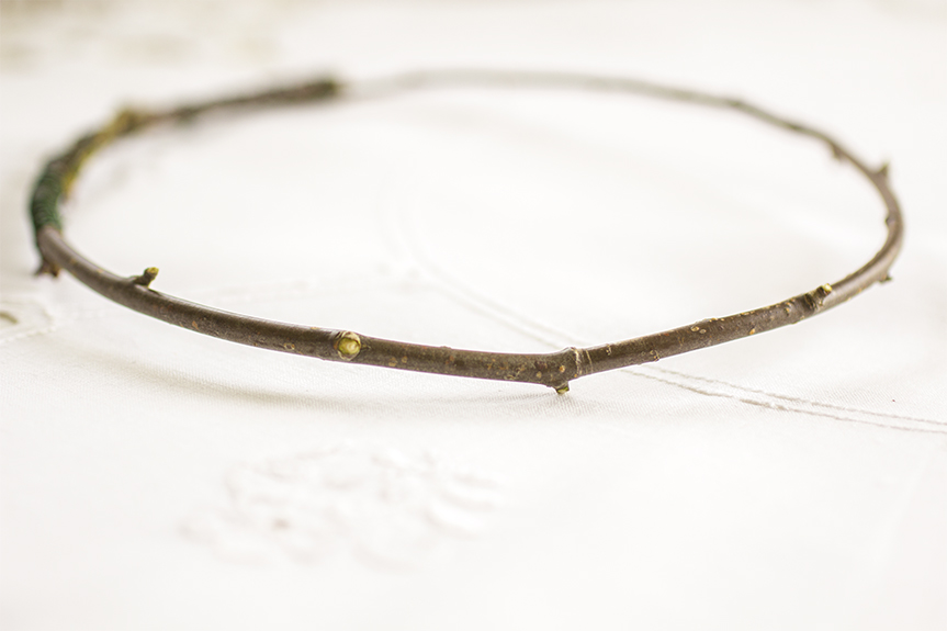 Börja med att böja grenen eller ståltraden till en ring och fäst i hop ändarna med tråd
