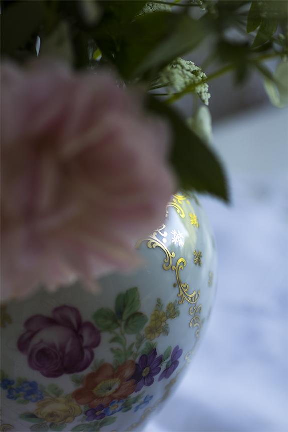 Jag satte ner blommorna från trädgården i en gammal vas som jag älskar, jag har köpt den på Loppis! visst är den fin?